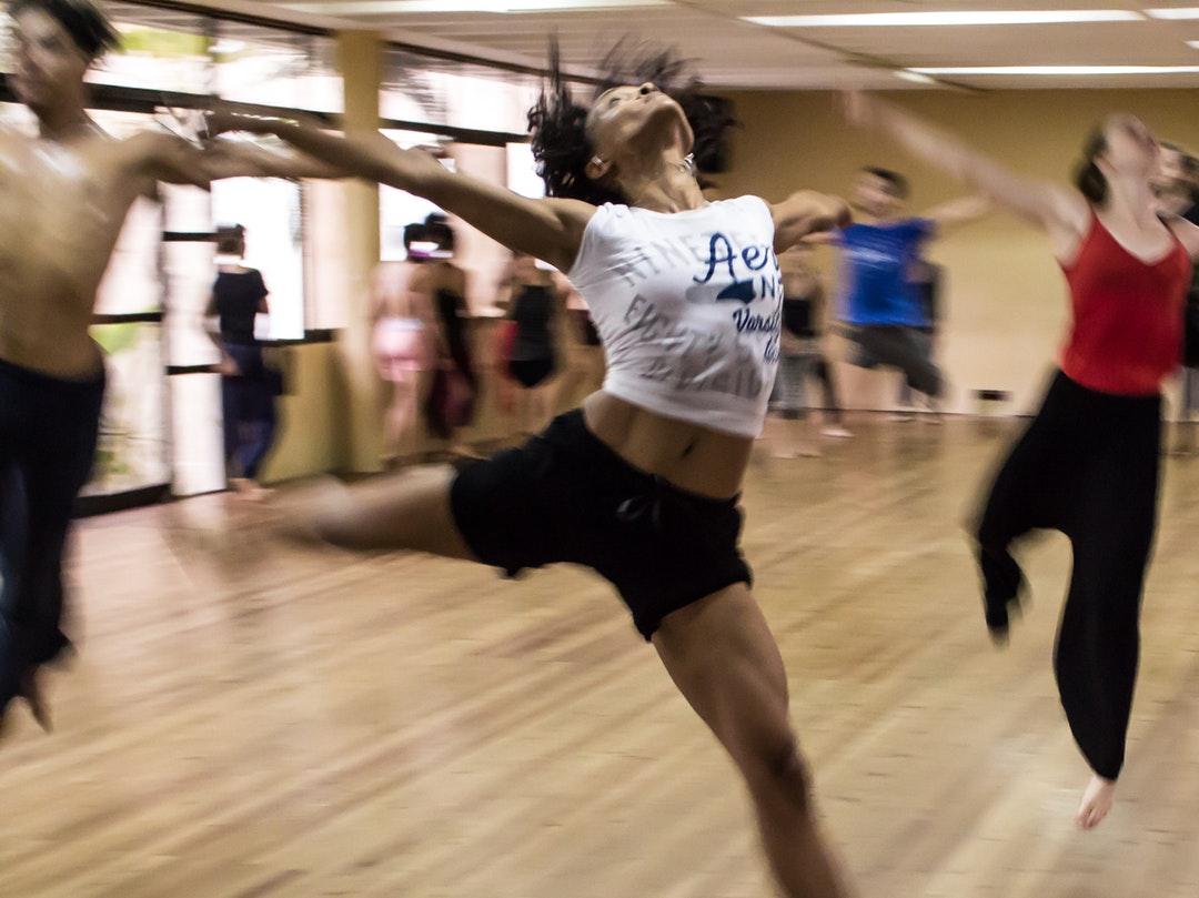 Baile como actividad dirigida en Obra Social Vals Sport